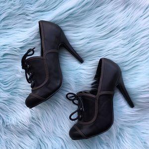 Steampunk-esque vintage lace up heels!